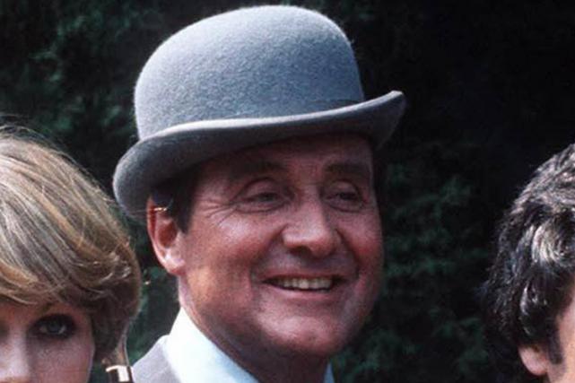 L'acteur Patrick Macnee dans la série télévisée Chapeau... (Photo archives AP)