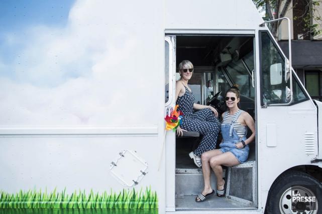 Valérie Boivin et Noëmie Lachapelle dans le camion... (Photo Édouard Plante-Fréchette, La Presse)