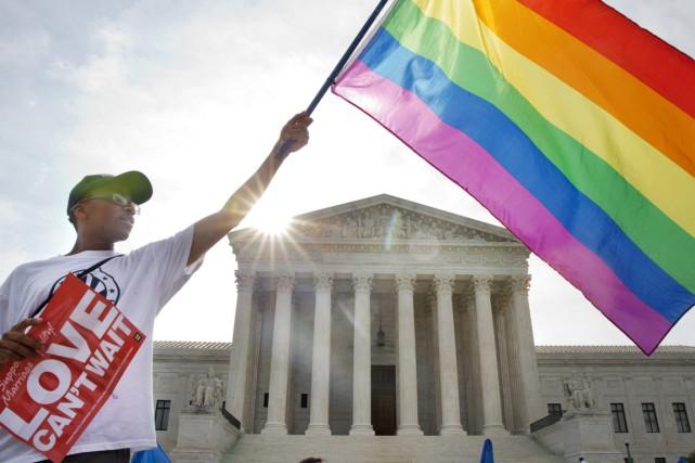 Un militant des droits des homosexuels manifeste devant... (PHOTO JACQUELYN MARTIN, AP)