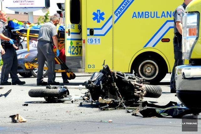 Un motocycliste est gravement blessé après un accident... (La Tribune, Éric Beaupré)