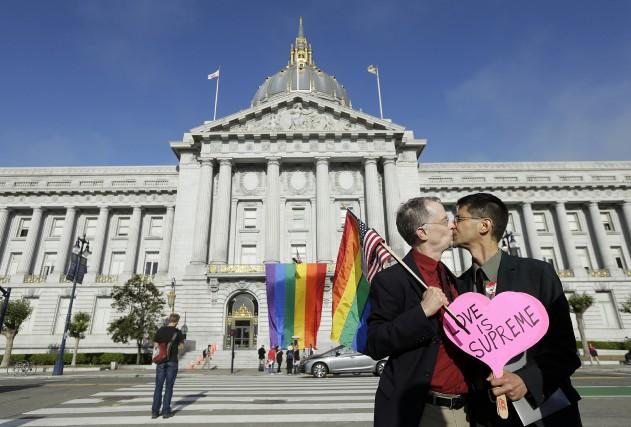 L'avocats John Lewis (à gauche) et son mari... (Photo AP, Jeff Chiu)