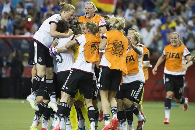 Les Allemandes festoient après leur victoire aux tirs... (Photo Graham Hughes, La Presse Canadienne)