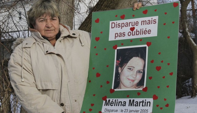 Françoise Algier tient une affiche avec la photo... (Photo archives La Voix de L'Est)
