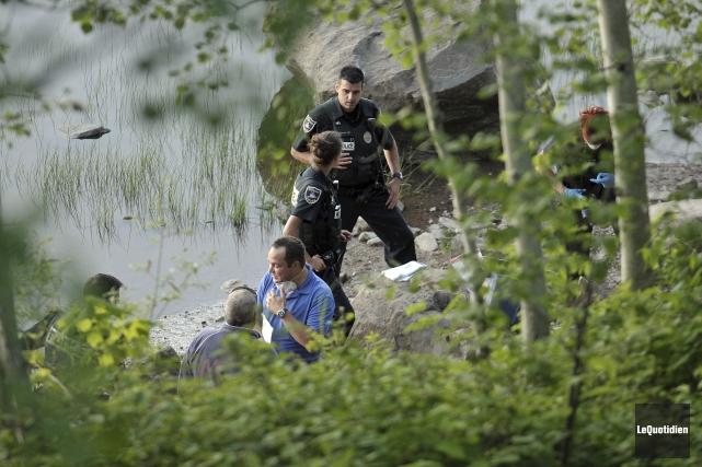 Les policiers, le coroner et le service d'identification... (Photo le quotidien, Rocket Lavoie)
