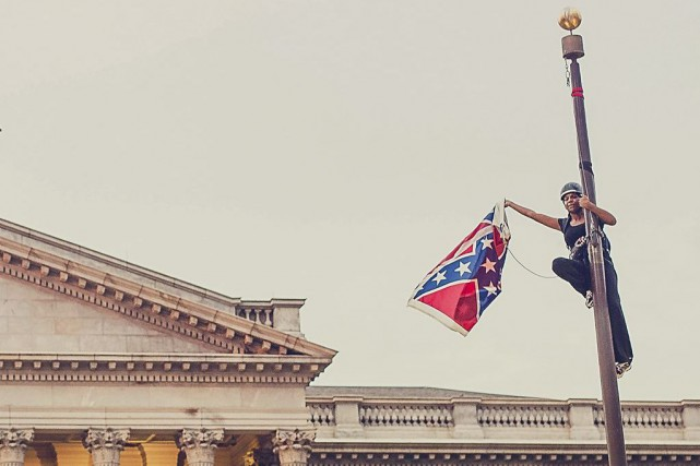 Sur la photo, Bree Newsome enleve un drapeau... (Photo Adam Anderson, TPX / Reuters)