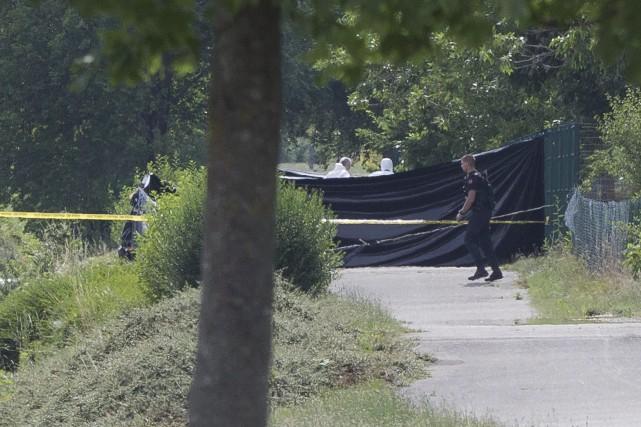 Les enquêteurs fouillent la scène de crime où... (Photo Michel Euler, AP)
