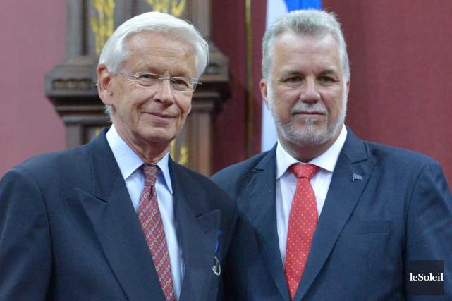 Henri Brun et le premier ministre Philippe Couillard... (Photothèque Le Soleil, Yan Doublet)