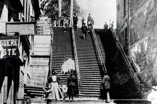 L'escalier casse-cou en 1892... (Archives de la Ville de Québec (détail))