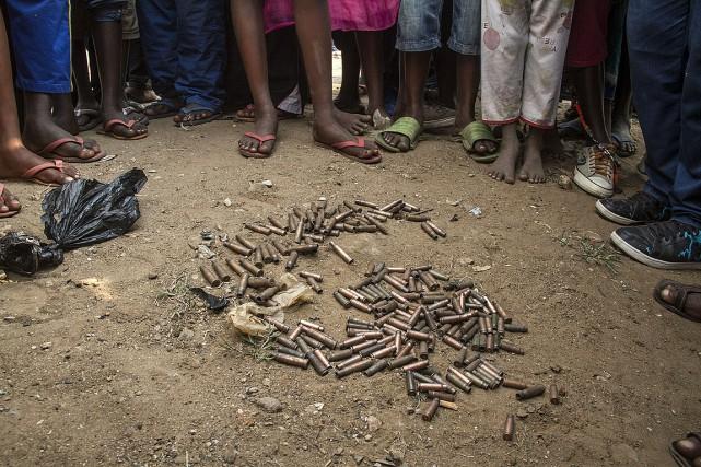 Au moins sept grenades ont explosé et des... (PHOTO LANDRY NSHIMIYE, AFP)