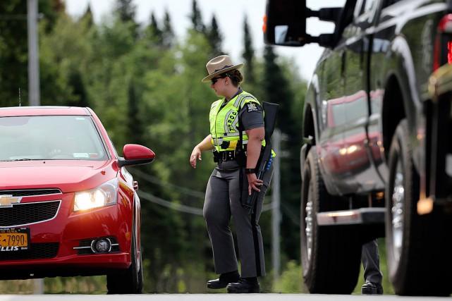 Des policiers recherchent désormais seulement le fugitif David... (Photo Mike Groll, AP)