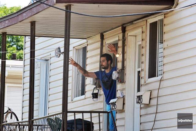 Vers 12h30, l'homme a finalement émergé de l'appartement,... ((Photo Le Quotidien-Rocket Lavoie))