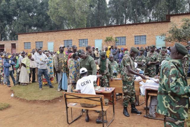 Dans les centres de vote, militaires et policiers... (PHOTO GILDAS NGINGO, AP)