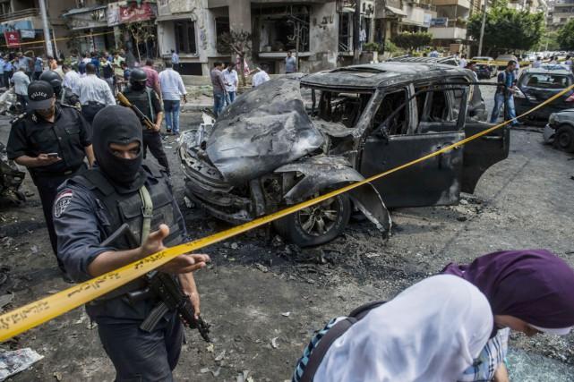 L'explosion a totalement détruit au moins cinq voitures... (PHOTO KHALED DESOUKI, AFP)