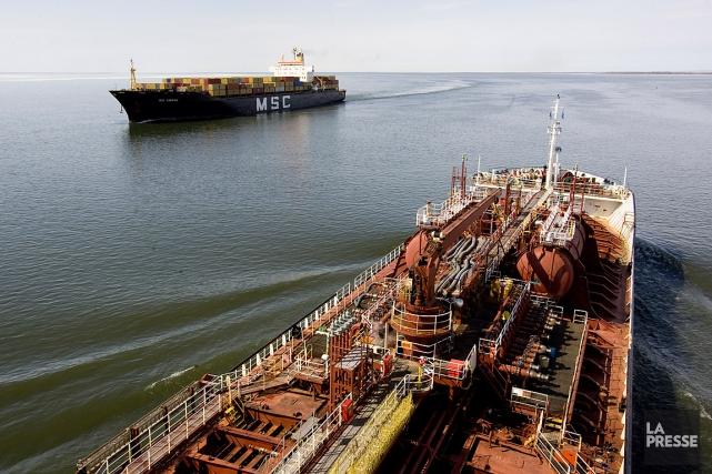 Un pétrolier croise un navire sur le Lac... (PHOTO FRANÇOIS ROY, ARCHIVES LA PRESSE)