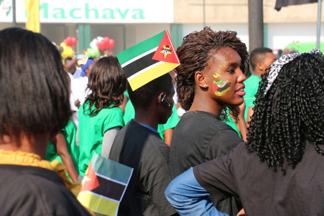 De jeunes Mozambicains célèbrent le 40e anniversaire de... (PHOTO ADRIEN BARBIER, ARCHIVES AFP)