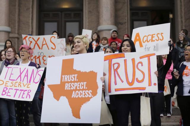Des militants pro-avortement ont manifesté sur les marches... (PHOTO AP)
