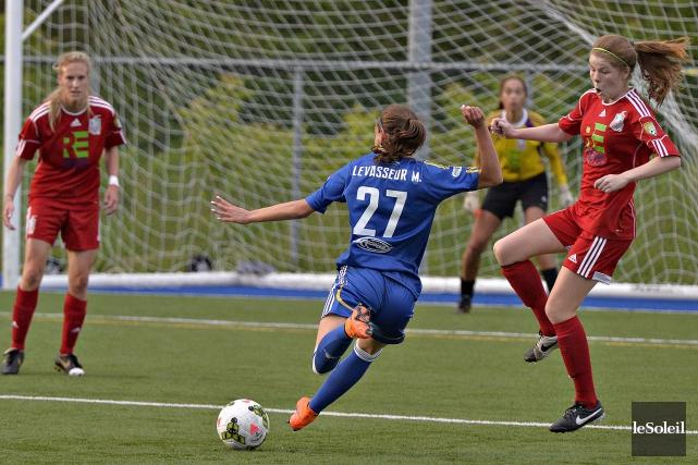 L'attaquante du Dynamo Marie Levasseur a tenté en... (Le Soleil, Pascal Ratthé)