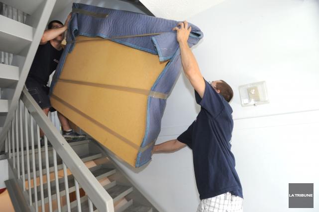 Les déménageurs ne chôment pas à ce temps-ci de l'année, mais cette fois, la... (Archives La Tribune)