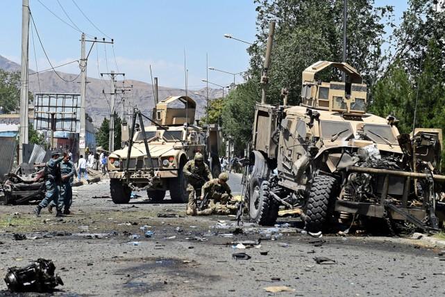 Des soldats de l'OTAN viennent en aide à... (PHOTO  WAKIL KOHSAR, AFP)