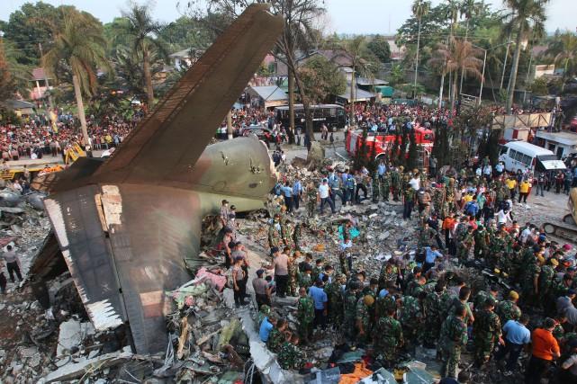 Des bâtiments proches du lieu du drame ont... (PHOTO KHARISMA TARIGAN, AFP)