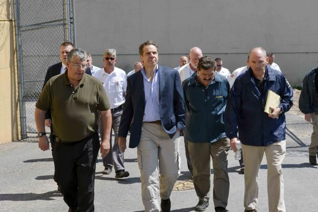 Le directeur Steven Racette (à gauche) fait visiter... (PHOTO DARREN MCGEE, ARCHIVES REUTERS)