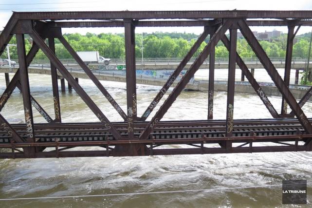 Les rivières estriennes ont gonflé durant le mois... (Archives La Tribune)