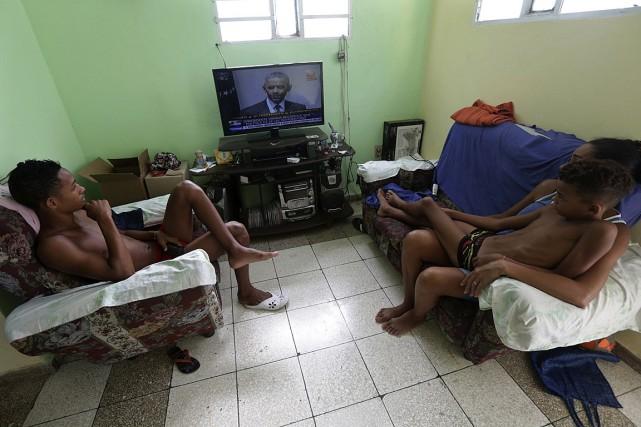 Une famille cubaine écoute le discours du président... (Photo Enrique de la Osa, Reuters)