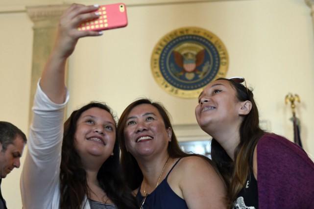 Les téléphones et les appareils de photo compacts... (Photo Susan Walsh, AP)