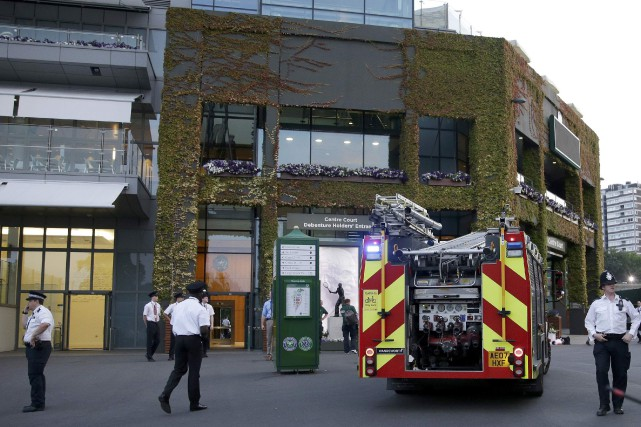 Des camions de pompiers et des fourgons de... (Photo Henry Browne, Reuters)