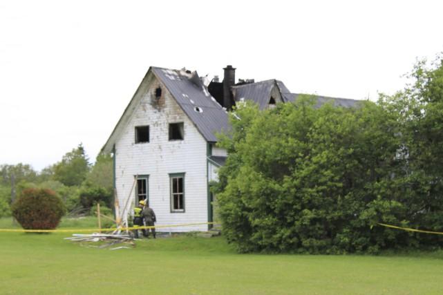 La maison tenait encore après l'intervention des pompiers... (Collaboration spéciale Gilles Gagné)