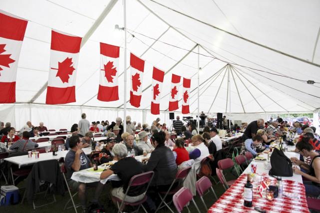 Plus de 300 personnes ont partagé un souper... (photo Julie Catudal)