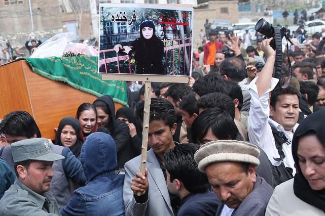 Des centaines de personnes, choquées par la mort... (PHOTO MASSOUD HOSSAINI, ARCHIVES AP)