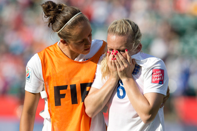 Jo Potter console sa coéquipière Laura Bassett, auteure... (Photo Jason Franson, PC)