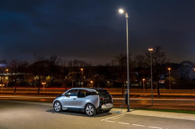 BMW propose des lampadaires qui servent aussi de bornes de recharge. Le système... (Photo fournie par BMW)