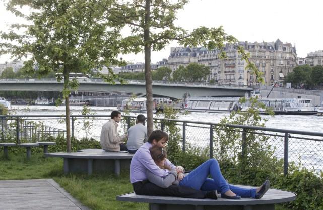 Paris, rive gauche. Le bonheur?... (PHOTO MICHEL EULER, AP)