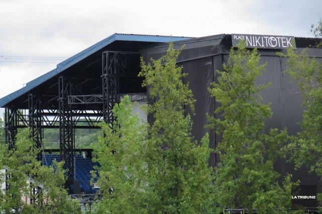 La construction du toit de la place Nikitotek est officiellement terminée.... (Imacom, René Marquis)