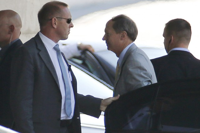 L'ambassadeur des États-UnisJohn Emerson (veston gris)a été convié... (PHOTO FABRIZIO BENSCH, REUTERS)
