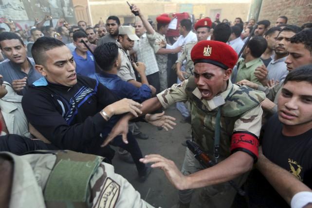 Des policiers militaires tentent d'ouvrir la voie pour... (Photo Mohamed Abd El Ghany, Reuters)