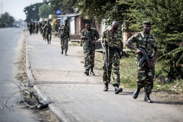 L'armée burundaise patrouille les rues du quartier deBujumbura... (PHOTO MARCO LONGARI, AFP)
