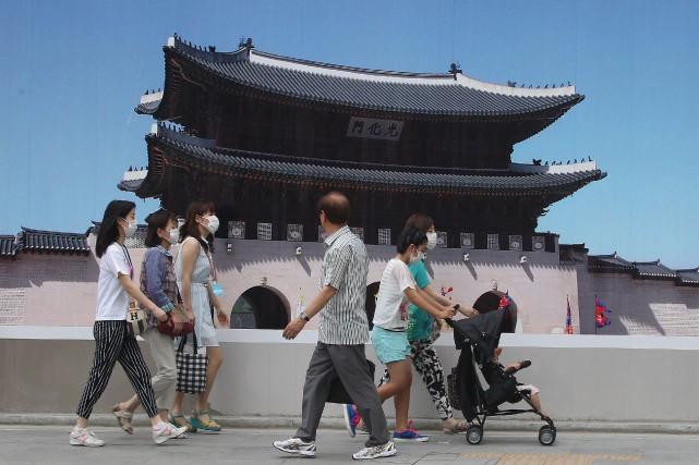 Des piétons portent des masques à Séoul afin... (Photo Ahn Young-joon, AP)