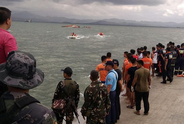 Les bateaux des gardes-côtes et de la marine... (PHOTO IGNATIUS MARTIN, AFP)