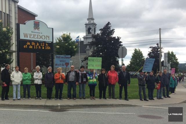 Des citoyens manifestaient dans les rues deWeedon, jeudi,... (La Tribune, Gabrièle Roy)