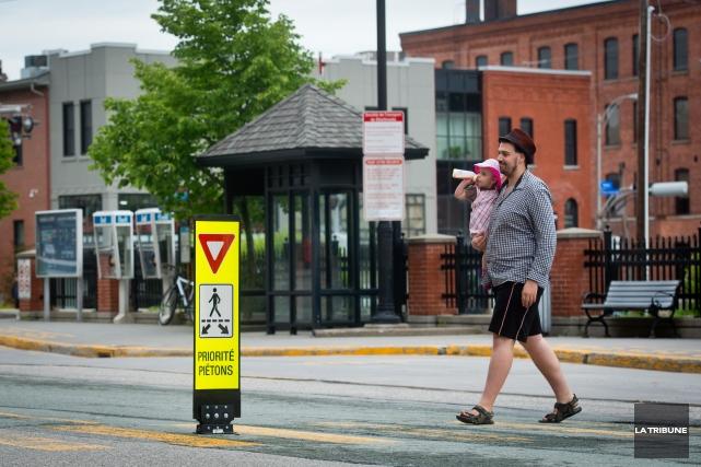 Il semble que marcher dans les rues de Sherbrooke ne soit pas une activité... (Archives La Tribune, Jessica Garneau)