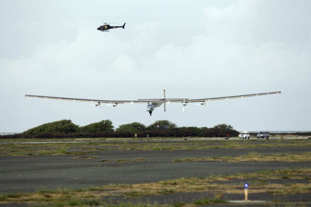 Solar Impulse 2 lors de son atterissage.... (PHOTO EUGENE TANNER, AGENCE FRANCE-PRESSE)