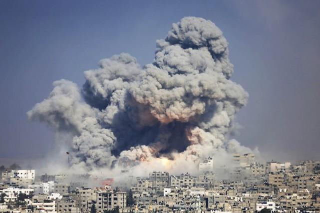 Des flammes et une épaisse colonne de fumée... (PHOTO HATEM MOUSSA, ARCHIVES AP)