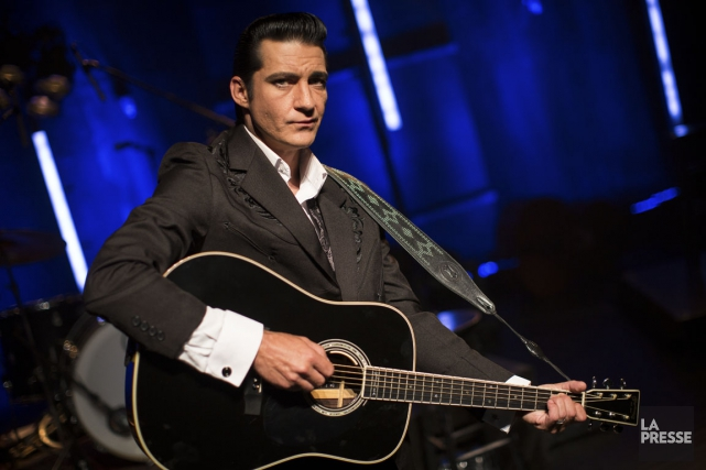 Shawn Barker, un showman accompli, incarne Johnny Cash de façon... (PHOTO OLIVIER PONTBRIAND, LA PRESSE)