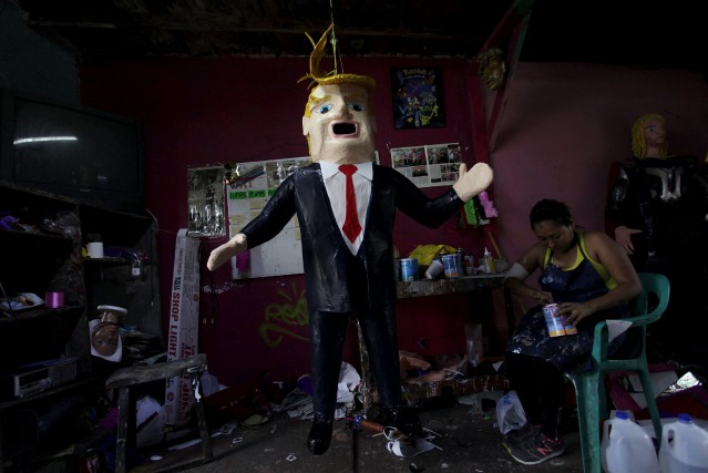 Depuis les déclarations du milliardaire, la piñata Trump remporte... (PHOTO DANIEL BECERRIL, REUTERS)
