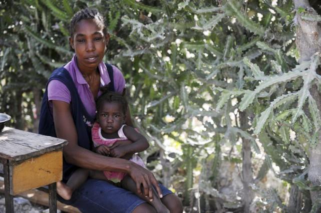 Beltha Désir et sa fille de 10 mois... (PHOTO Hector RETAMAL, AFP)