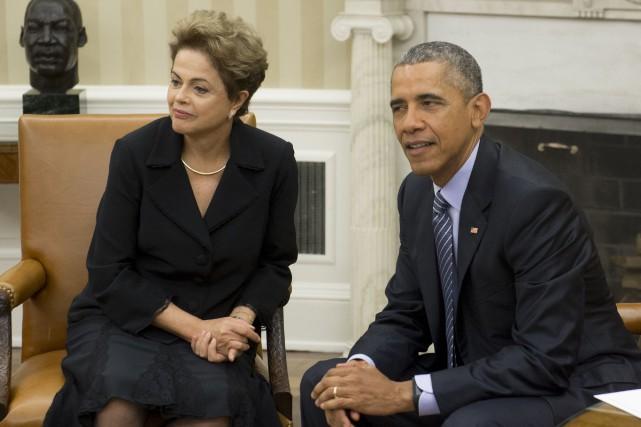 Le présidente brésilienne Dilma Rousseff aux côtés du... (PHOTO SAUL LOEB, AFP)