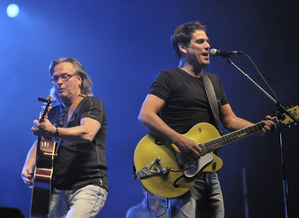 Le chanteur Patrick Bourgeois et le guitariste Alain... (Photo Le Progrès-Dimanche, Rocket Lavoie)